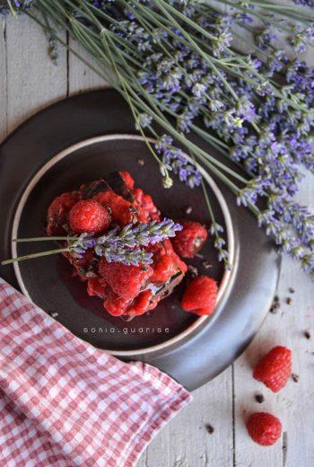 Dark Brownies di fagioli rossi in salsa di lamponi