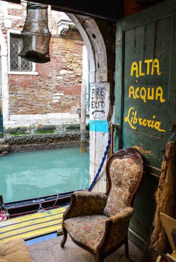 Venezia, anche i libri in gondoeta