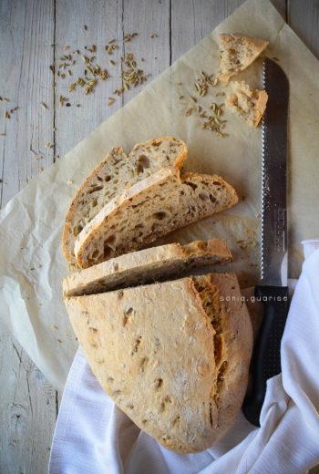 Pane bianco con semi di finocchio