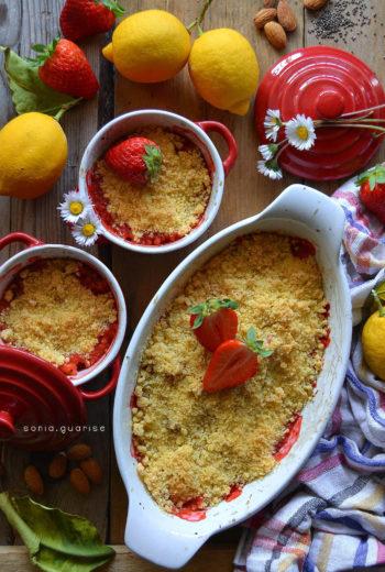 Crumble light di fragole al limone con mandorle e semi di chia