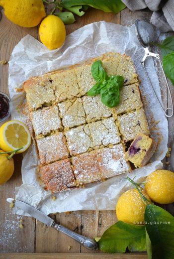 Torta al limone con mandorle e marmellata di mirtilli profumata al basilico