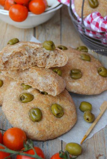 Focaccine alle olive con esubero di licoli