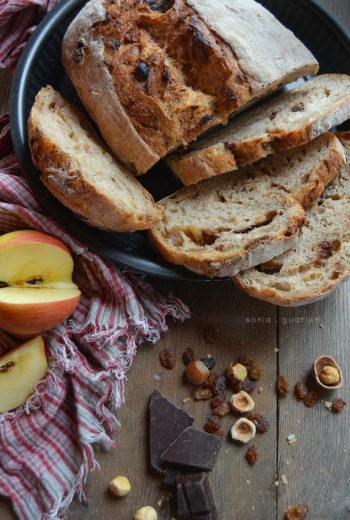 Pandolce goloso speziato di mele al rum con nocciole, uvetta e cioccolato
