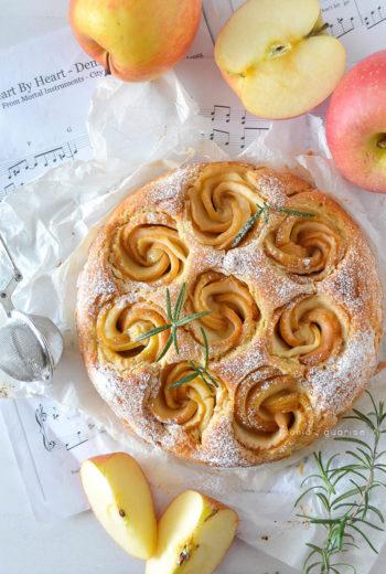 Torta di rose alle mele e burro d'arachidi al profumo di rosmarino