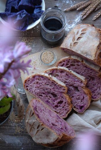 Pane al profumo di cavolo viola e semi di sesamo
