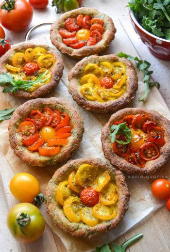 Crostatine alla rucola con pomodorini confit rossi e gialli