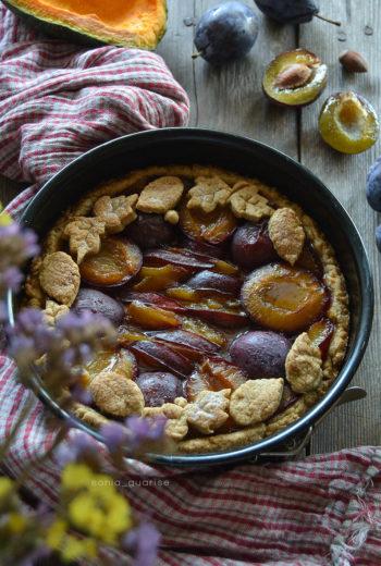 Crostata vegana con zucca e susine al profumo di nocciole
