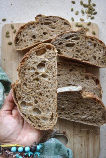 Pane con farina di grano arso e semi di zucca